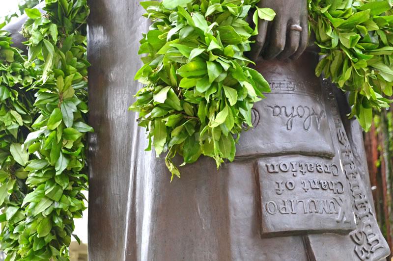 リリウオカラニ像とアロハオエ