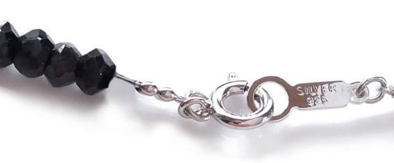 金具がつながった状態のネックレス