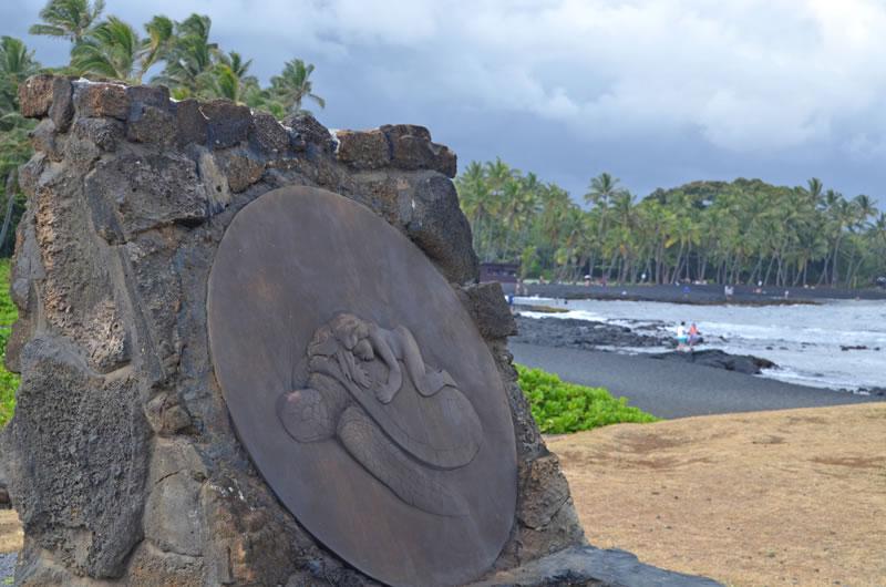 プナルウブラックサンドビーチの石碑