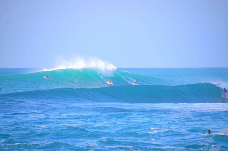 ノースショアの高波とサーファー