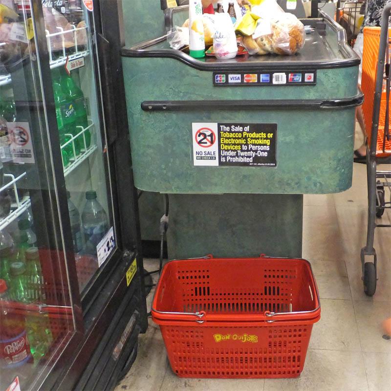 アメリカのスーパーのレジのカゴ置き場とベルト