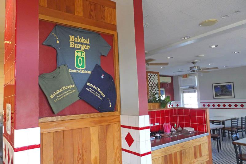 モロカイバーガーの店内と0マイルTシャツ
