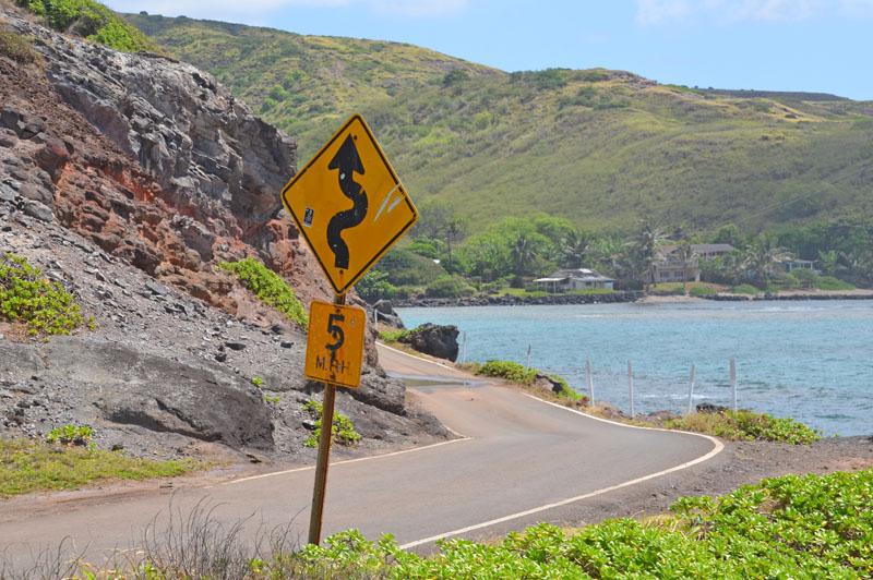 モロカイ島の東側の道路は細く崖に近いので注意